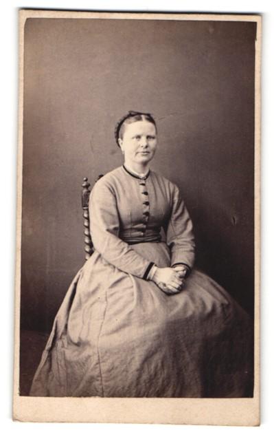 Fotografie Fotograf unbekannt, Ort unbekannt, Frau mit geknöpften Kleid