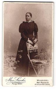 Fotografie Max Lusche, Wunsiedel, Portrait Fräulein in festlicher Kleidung