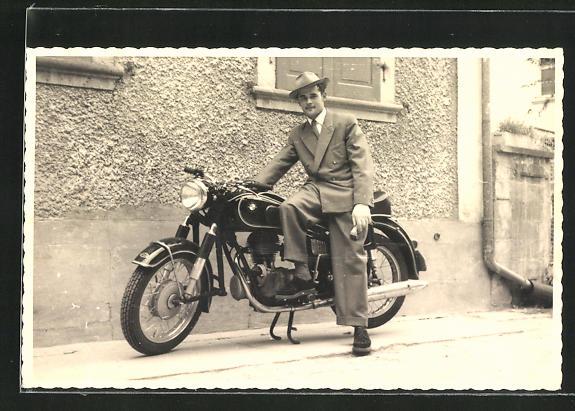 Foto-AK Stolzer Besitzer vor seinem BMW-Motorrad