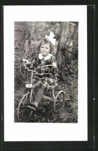 Foto-AK Mädchen auf ihrem Dreirad