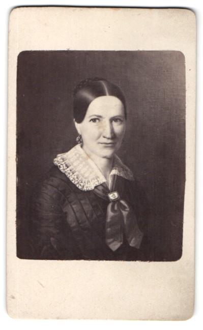 Fotografie C. A. Czichna, Innsbruck, Portrait Dame mit traditioneller Frisur, Gemälde
