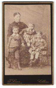 Fotografie J. Laux, Coblenz, Portrait Mutter mit drei Kindern