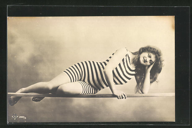AK junge Dame mit offenem Haar in gestreiftem Badeanzug