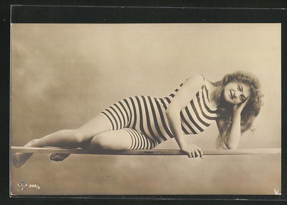 AK junge Dame in gestreiftem Badeanzug mit offenem Haar
