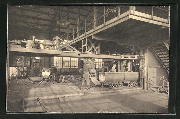 AK Arbeiter in der Kohlenzeche beim Aufschieben leerer Grubenwagen auf den Förderkorb