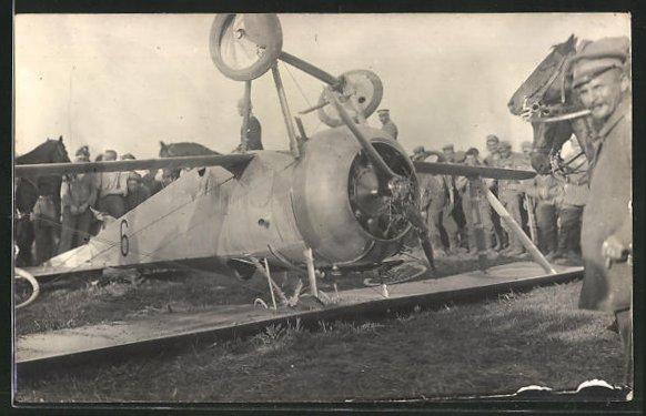 Foto-AK Abgestürztes Doppeldecker-Flugzeug