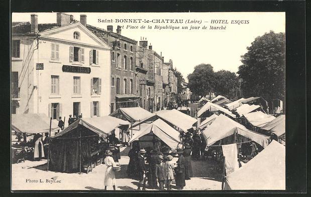 AK Saint-Bonnet-le-Chateau, Hotel Esquis, La Place de la République un jour de Marché