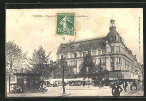 AK Troyes, Marktplatz mit Gebäudeansicht und Passanten