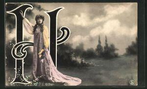 Foto-AK Atelier Reutlinger, Paris: Frau mit Blumenkranz neben dem Buchstaben H