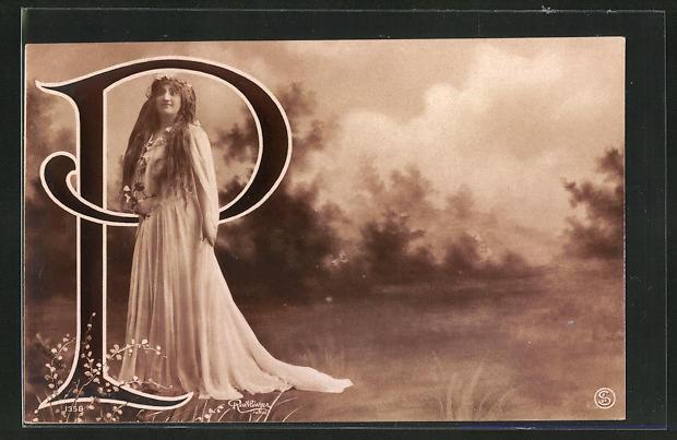 Foto-AK Atelier Reutlinger, Paris: Frau im weissen Kleid neben dem Buchstaben P