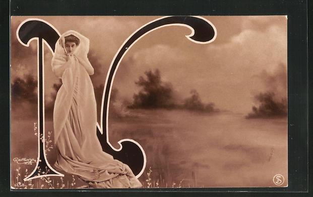 Foto-AK Atelier Reutlinger, Paris: Junge Frau im hübschen Kleid am Buchstaben N stehend