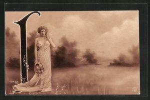 Foto-AK Atelier Reutlinger, Paris: Frau mit Blumenstrauss neben dem Buchstaben I