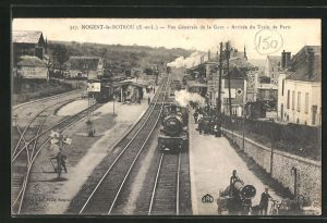 AK Nogent-le-Rotrou, Vue generale de la Gare, Arrivee du Train de Paris