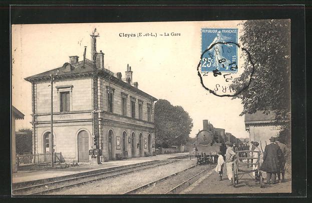AK Cloyes, La Gare, Eisenbahn fährt am Bahnhof ein