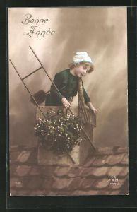 AK Kleiner Schornsteinfeger mit Leiter auf dem Dach