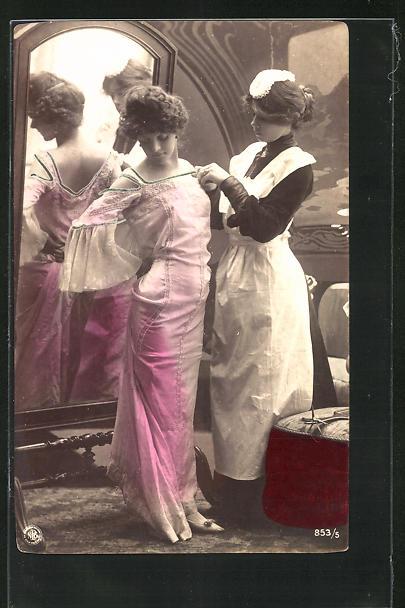 AK Dienstmädchen kleidet die Dame an 0