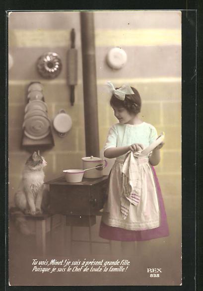 AK Kleines Dienstmädchen mit Katze in der Küche