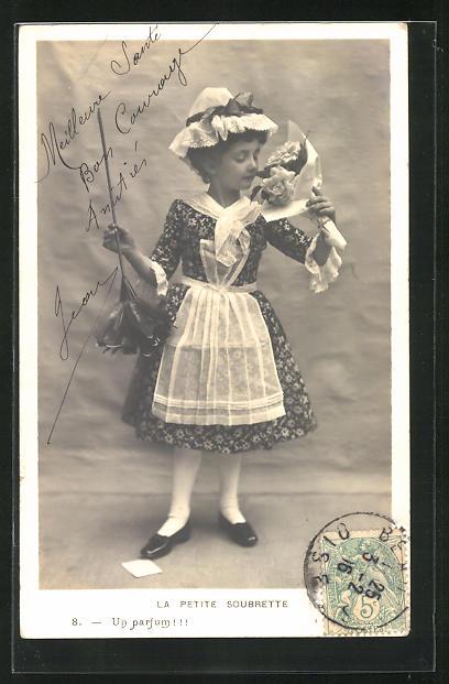 AK La petite Soubrette..., kleines Dienstmädchen mit Staubwedel und Blumen