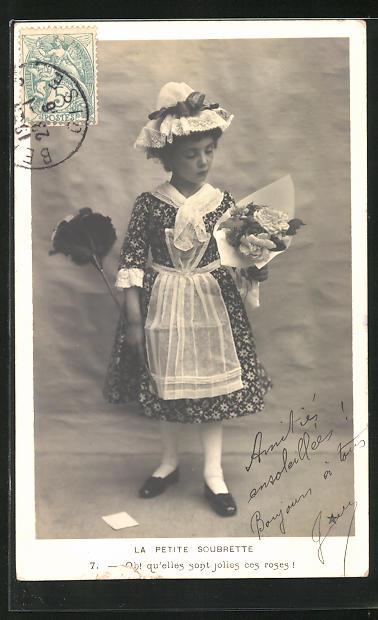 AK Niedliches kleines Dienstmädchen mit Staubwedel und Blumenstrauss