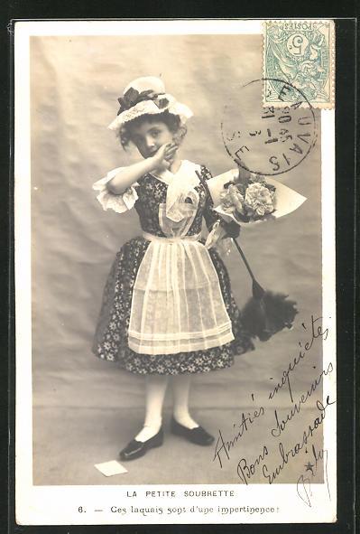 AK Kleines Dienstmädchen mit Staubwedel und Blumenstrauss