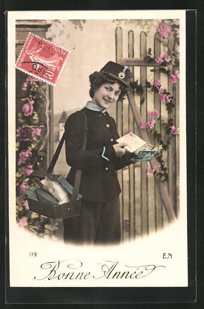 AK Briefträgerin, Frau in Briefträgeruniform mit Briefkiste 0