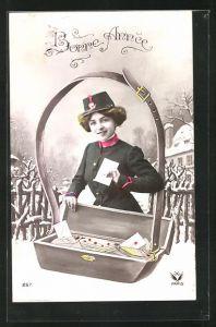 AK Neujahr, Briefträgerin mit übergrosser Postkiste, Uniform