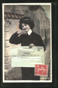 AK Briefträgerin, Dame in Postuniform mit Telegramm