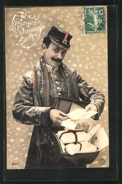 AK Briefträger, mit Posttasche und Schal trägt Briefe aus