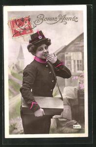 AK Briefträgerin, hält sich Hand vor den Mund, Posttasche