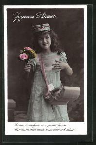 AK junges Mädchen als Briefträgerin, mit Posttasche und Blumenstrauss