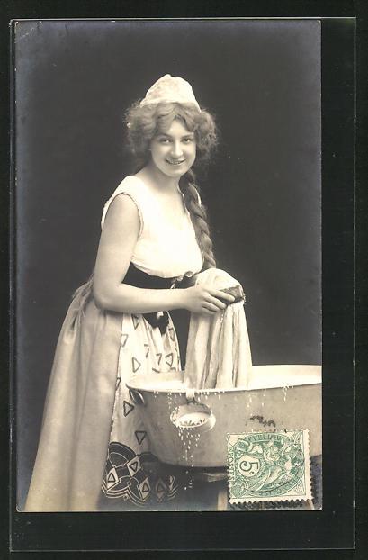 AK Waschfrau, Frau am Waschzuber mit Bürste