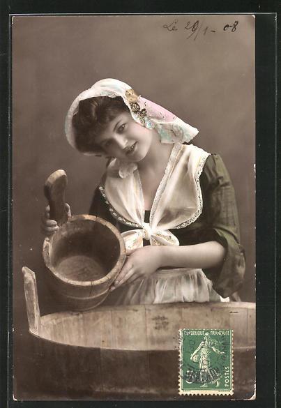 AK Waschfrau, mit Waschzuber und Eimer