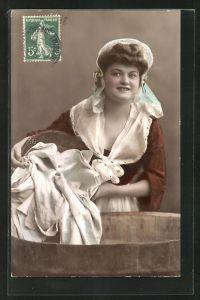 AK Waschfrau, kippt Wäschen in den Waschzuber