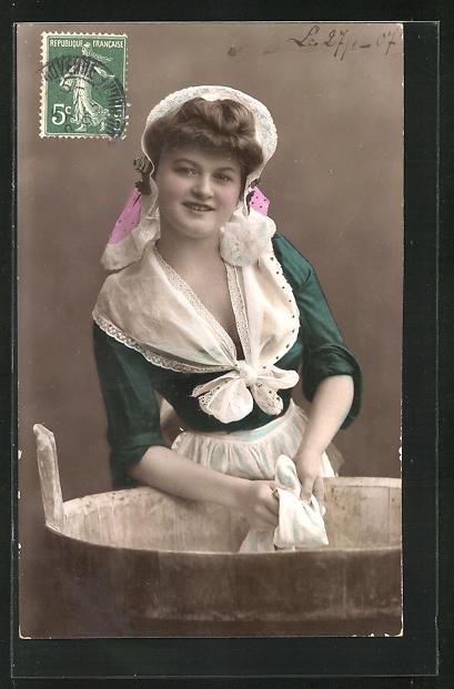 AK Waschfrau, junge Frau in Tracht beim Wäsche waschen