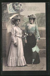 AK Frauen mit Schirm, zwei Frauen in Kleidern