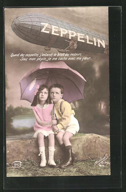 AK Kinderpaar unterm Regenschirm und Zeppelin 0