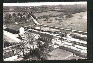 AK Bretoncelles, Ansicht vom Bahnhof, Fliegeraufnahme