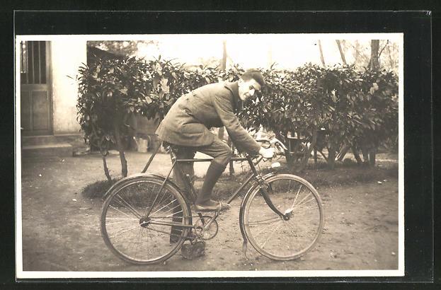 AK Junger Mann auf seinem Fahrrad 0
