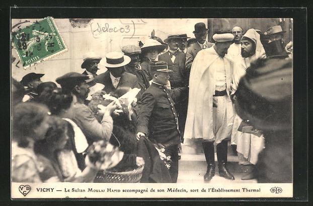 AK Vichy, Le Sultan Moulai Hafid accompagne de son Medecin, sort de l`Etablissement Thermai 0