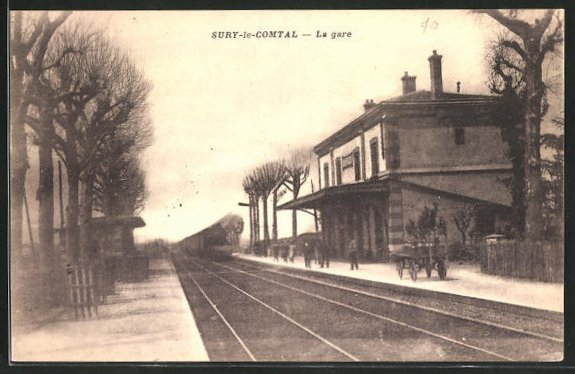 AK Sury-le-Comtal, La Gare, Zug fährt in den Bahnhof ein