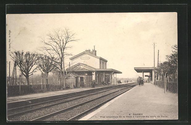 AK Gagny, Vue interieure de la Gare a l`arrivee du train de Paris, Bahnhof