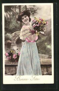 AK Hübsches junges Mädchen mit einem Blumenstrauss