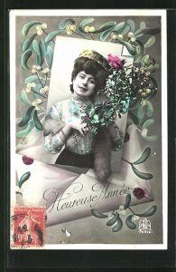 AK Junge Frau geschmückt mit Blumen