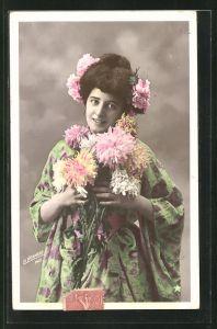 AK Hübsche Frau in toller Garderobe mit Blumen geschmückt