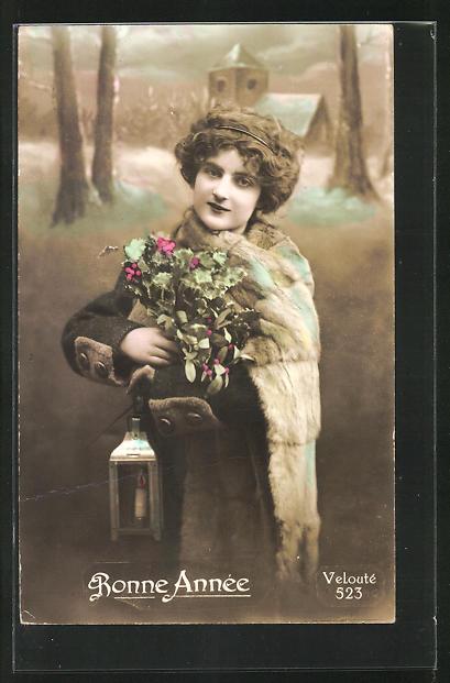 AK Bonne Annèe, Hübsche Frau mit einem Pelzumhang und einen Blumenstrauss