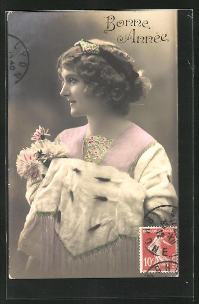 AK Bonne Annèe, Junge Frau mit einem Pelzumhang und Blumen in der Hand
