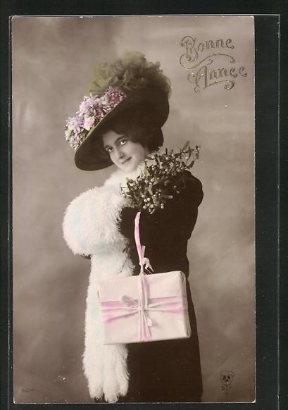 AK Bonne Annèe, Hübsches Mädchen mit einer Pelzstola und einem Pelzmuff mit Geschenk