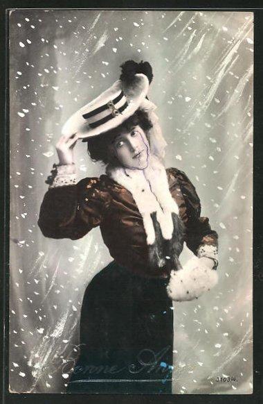AK schöne junge Frau mit Pelzmuff und schönem Hut im Schneesturm