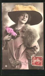 AK Bonne Annee, lächelnde schöne Frau mit Pelzkragen und interessantem Hut