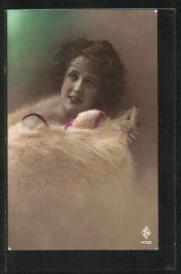 AK schönes Fräulein im hübschen Pelz mit Tierkopf